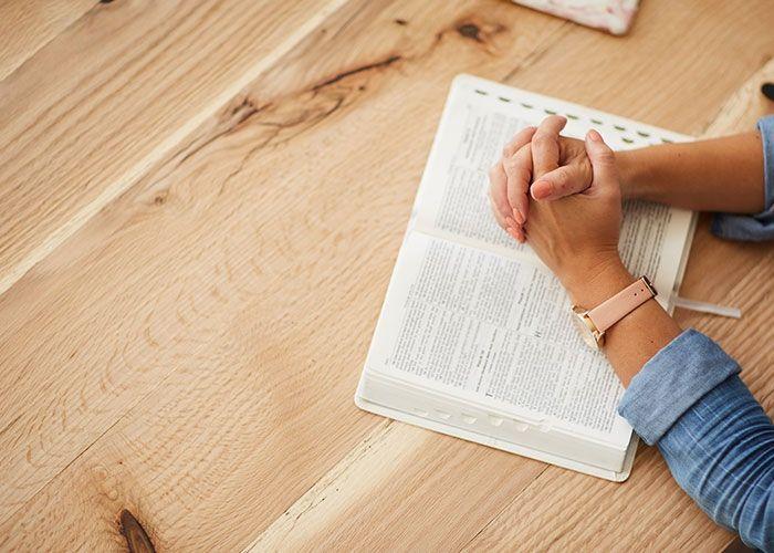 Cómo orar antes de leer la Biblia