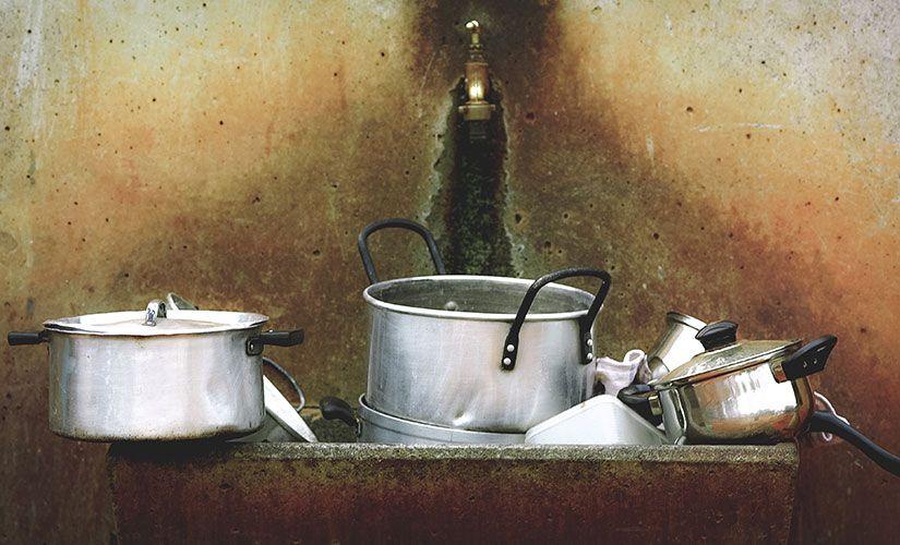 Por qué debes lavar los platos de manera regular